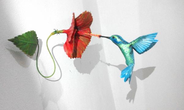 Colibri tropicale con fiore